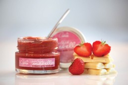 Product photograph of a German strawberry and white chocolate spread.